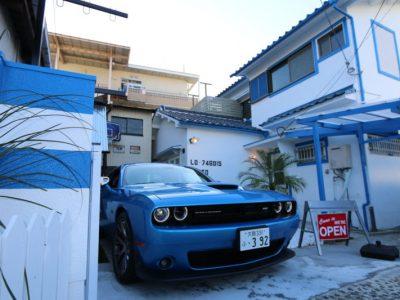 青い家と車